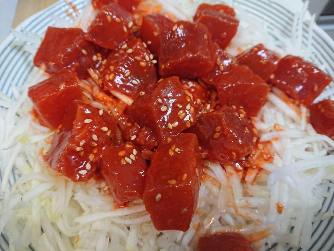 マグロの酢コチュジャン和えの簡単レシピ。大根など合う野菜