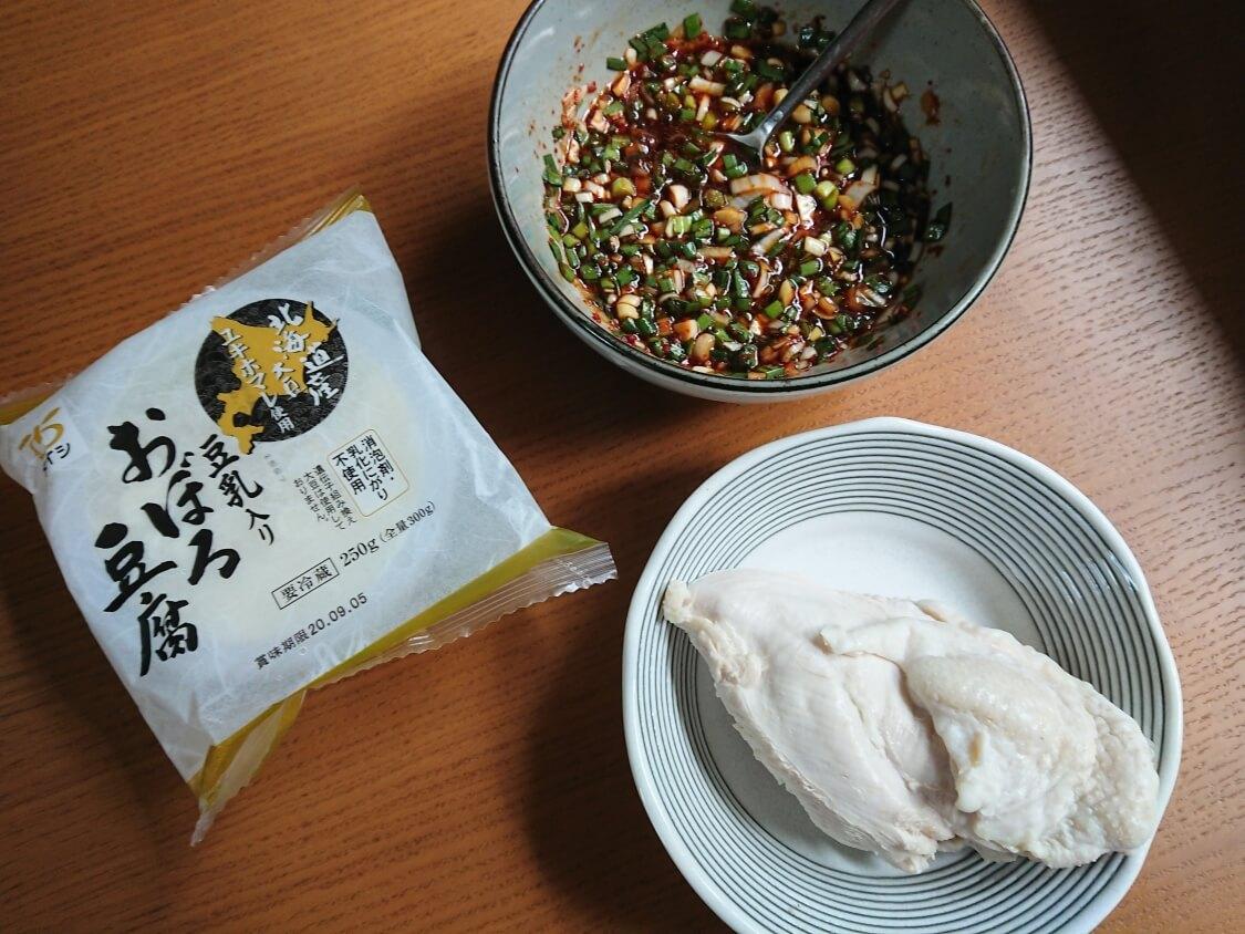 ニラ入りの万能醤油だれ。タレに合うものは冷奴、茹で鶏、チヂミなど