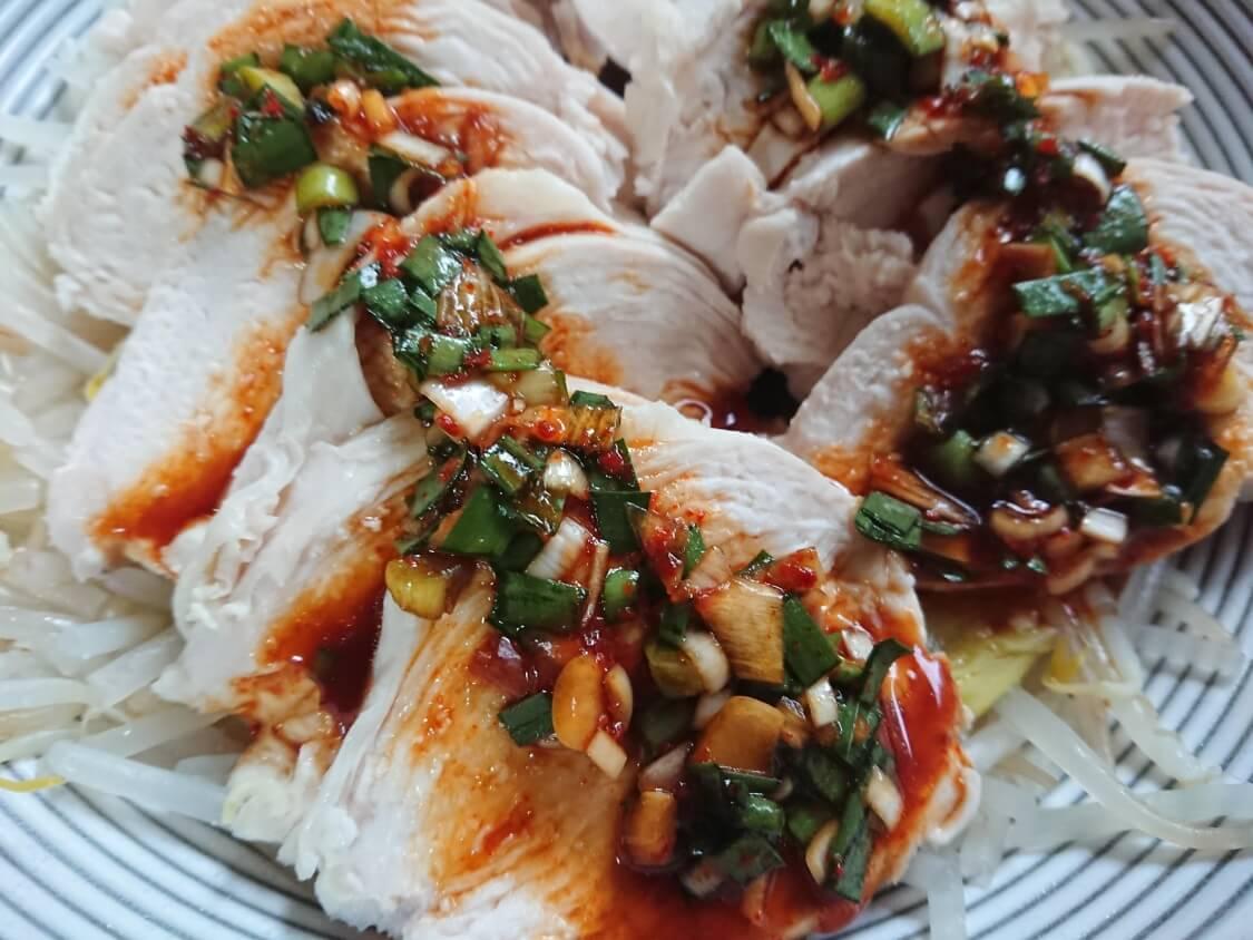ニラ入りの万能醤油だれ。茹で鶏(蒸し鶏)によく合う