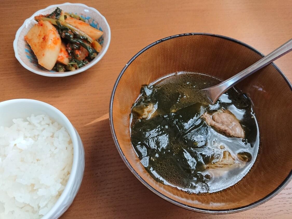 韓国のわかめスープとキムチ
