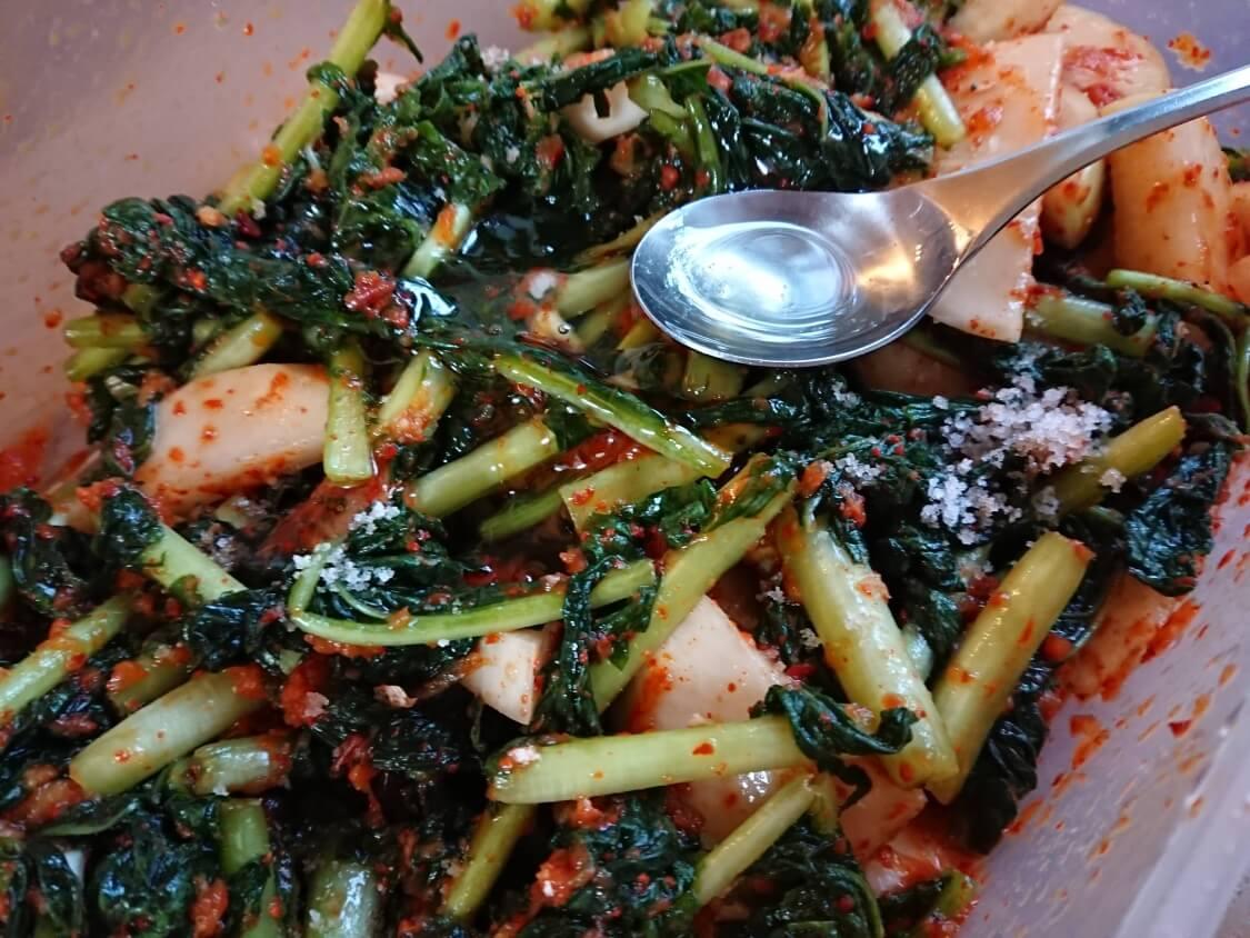 大根の葉入り!カクテキキムチの韓国レシピ。ヤンニョム(味付け)の調整