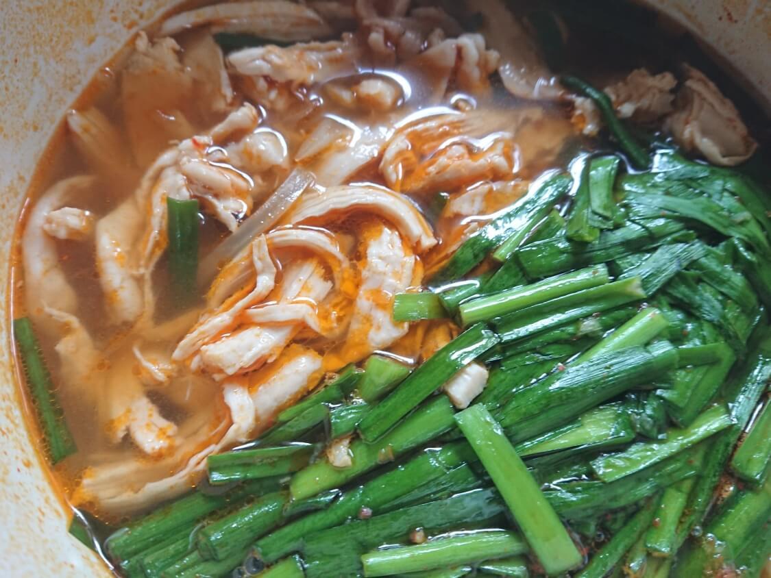鶏肉ユッケジャンスープのレシピ(胸肉とニラたっぷりのタッケジャン)