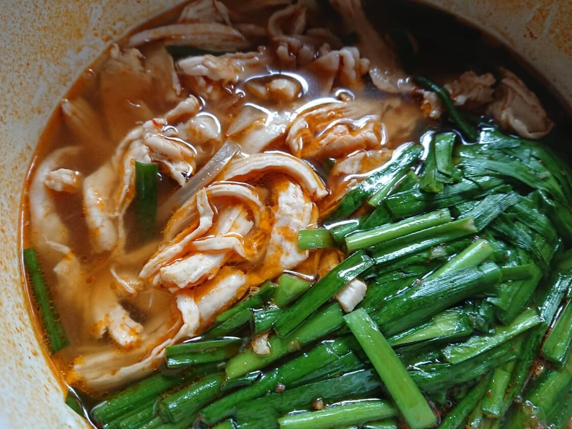 鶏肉ユッケジャンスープの簡単+韓国レシピ。胸肉でヘルシー♪旨辛タッケジャン