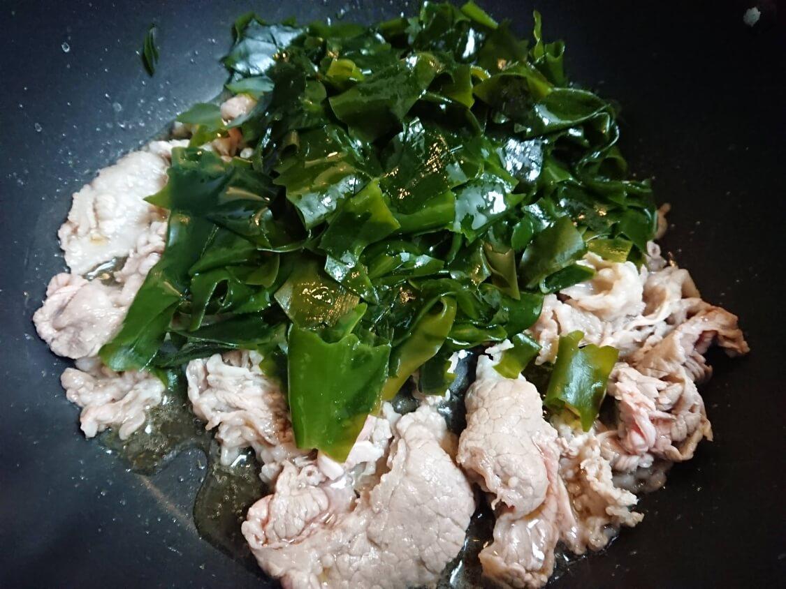 牛肉入りわかめスープの作り方。炒める