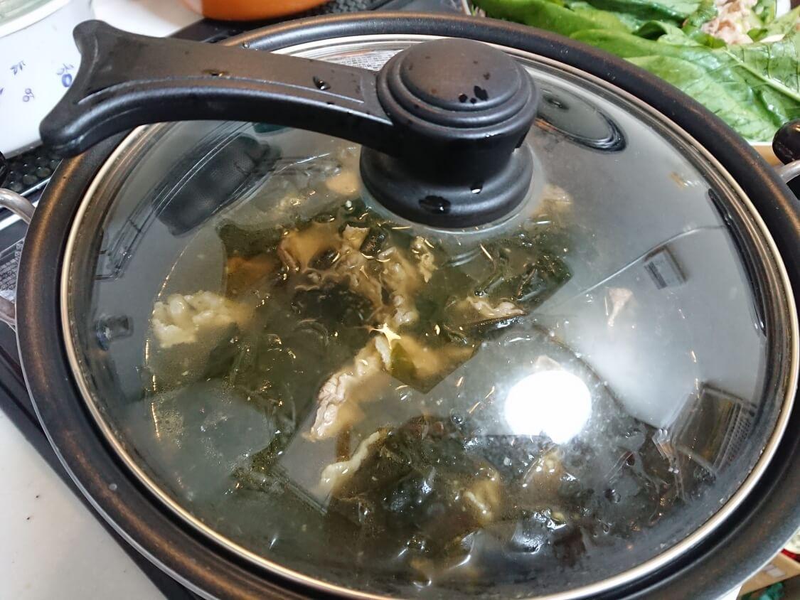 牛肉入りわかめスープの作り方。煮込む