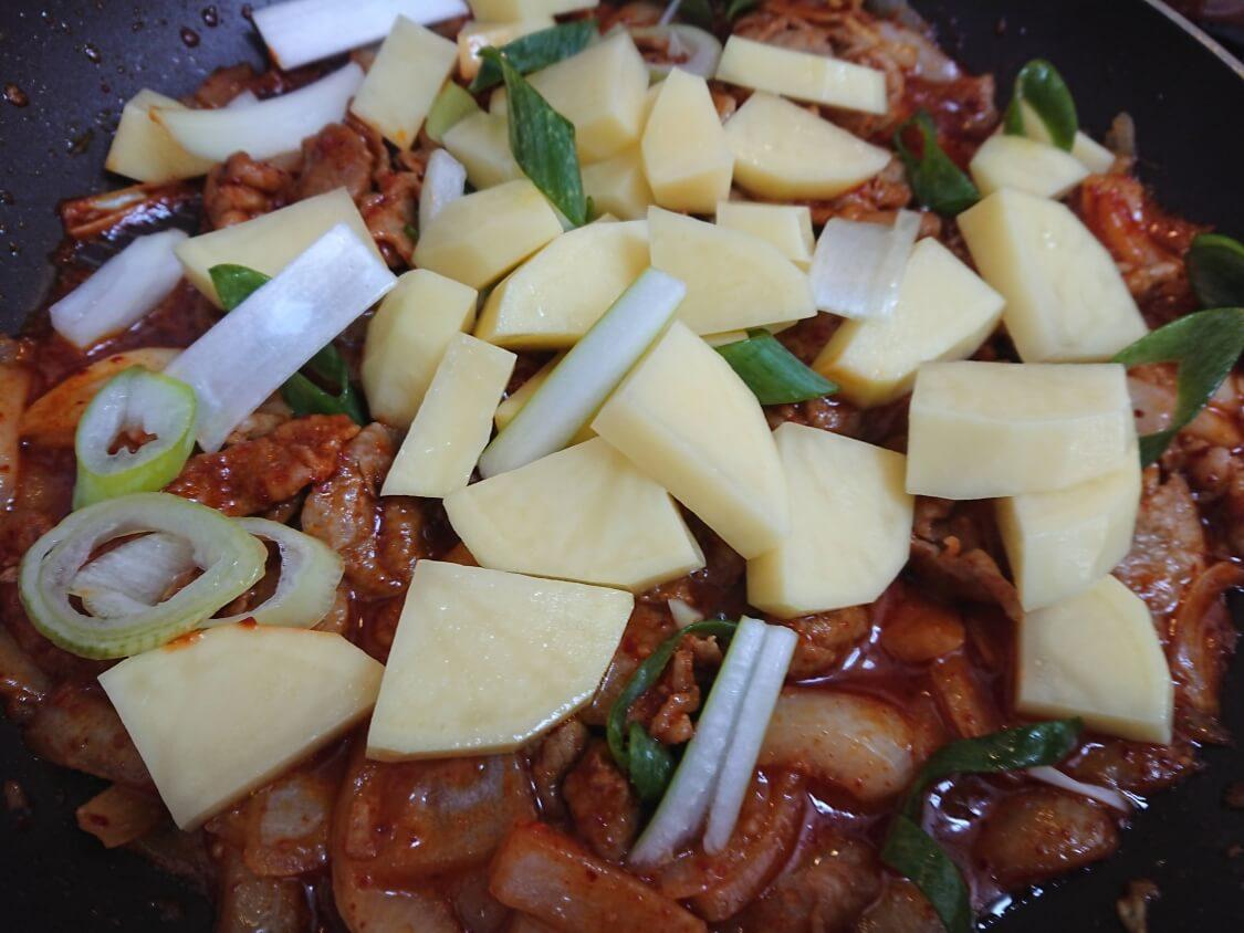 チゲ風♪豚肉とじゃがいものコチュジャン炒め煮の作り方