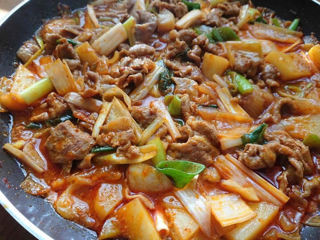 チゲ風♪豚肉とじゃがいものコチュジャン炒め煮の作り方。ネギを追加
