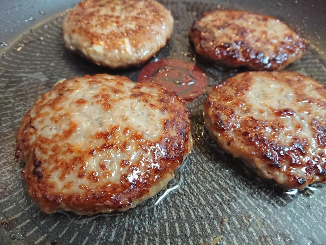 ハンバーガーの韓国レシピ。プルコギ味の甘辛パティの作り方。こんがりと焼く