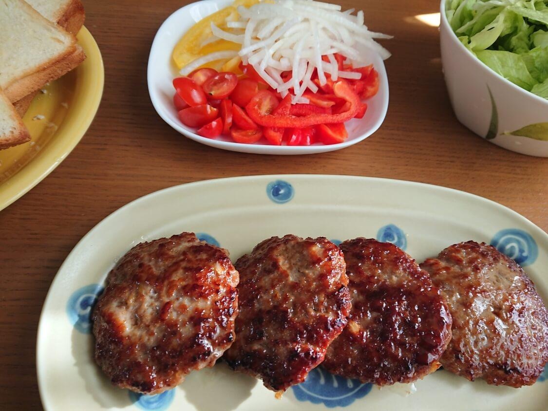 ハンバーガーの韓国レシピ。プルコギ味の甘辛パティの作り方。入る具材と野菜の準備