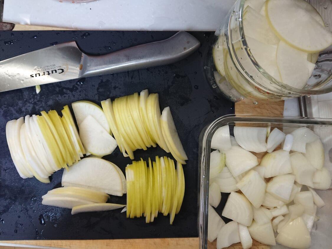 焼肉・サムギョプサル用大根の酢漬け「サンム」の作り方。切り方