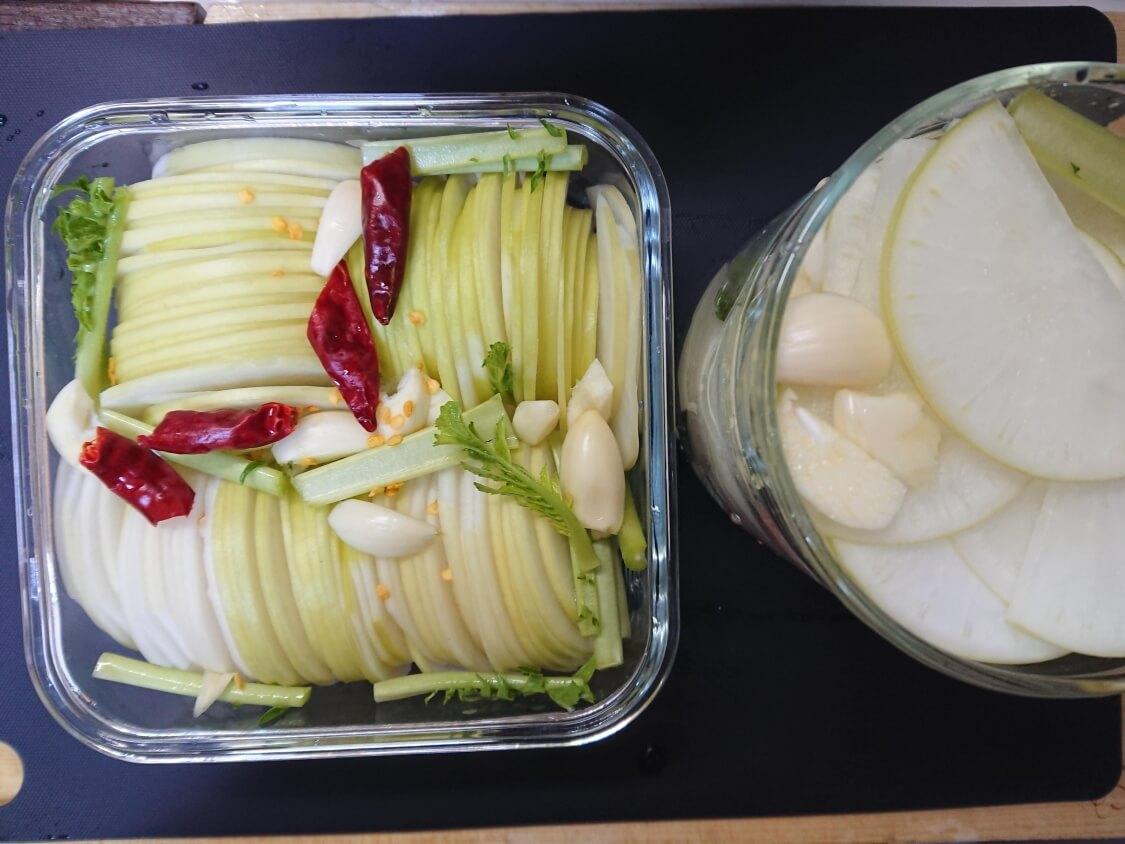 焼肉・サムギョプサル用大根の酢漬け「サンム」の作り方。唐辛子とにんにく