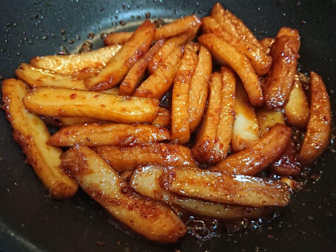簡単!ミニ海苔巻きコマキンパのレシピ。具材のピリ辛練り物炒めの作り方