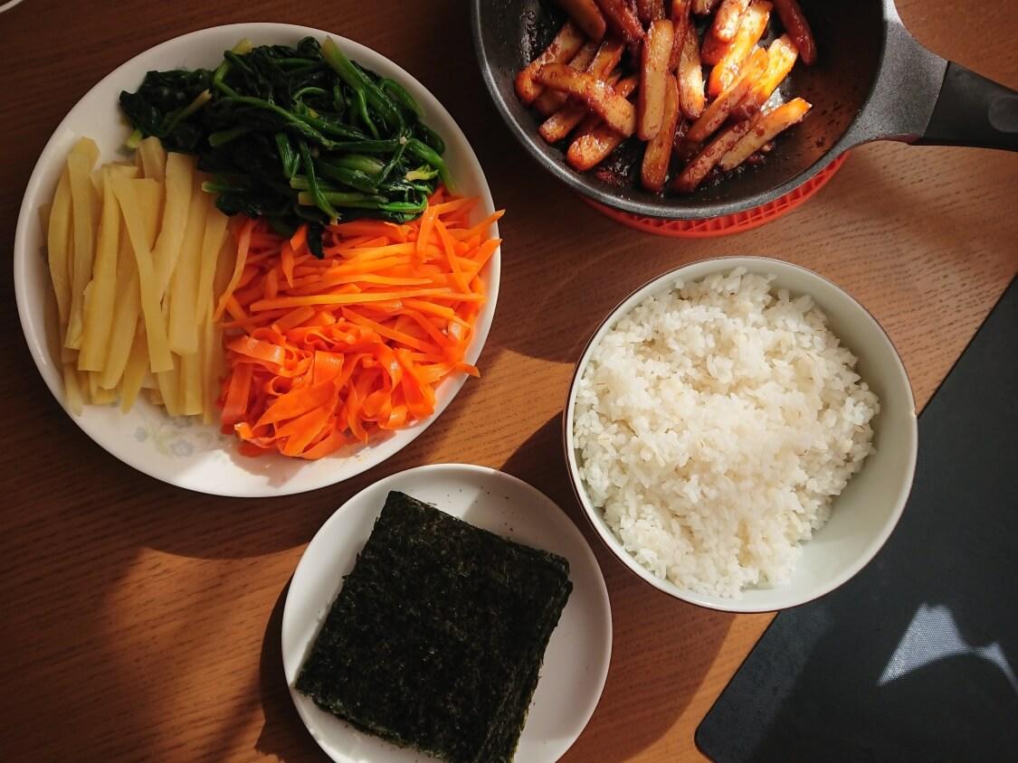 簡単!ミニ海苔巻きコマキンパのレシピ。海苔の切り方とご飯の味付け