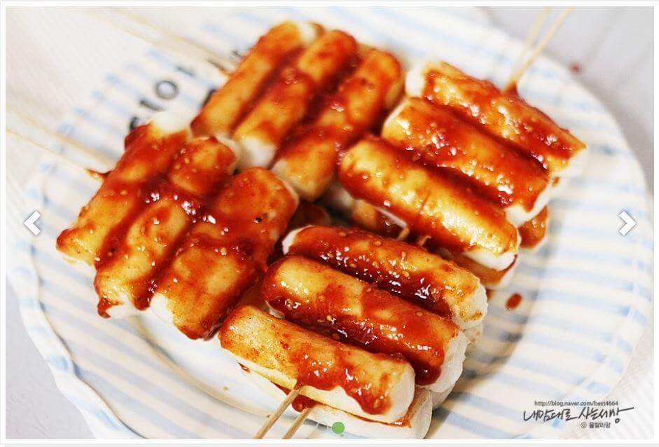 韓国の甘辛いヤンニョム揚げ餅。韓国のレシピサイトから