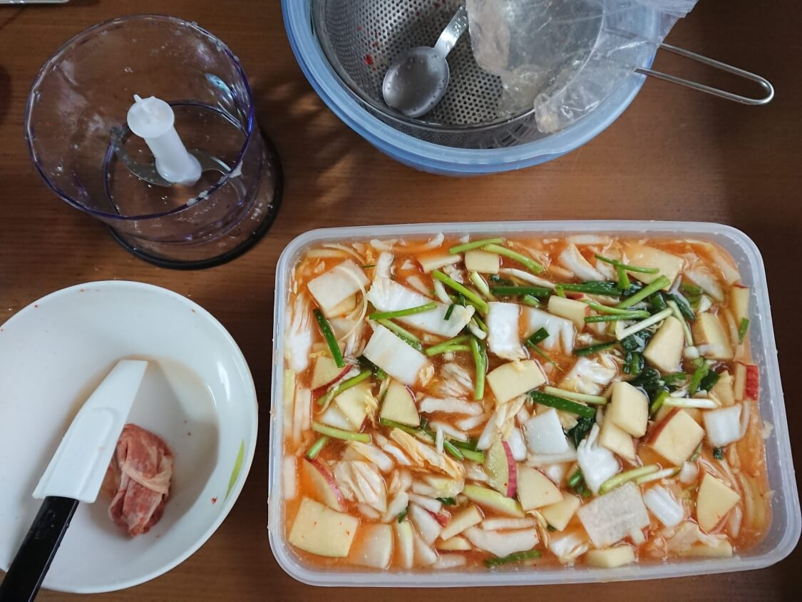水キムチの簡単レシピ。小ねぎも混ぜ合わせる