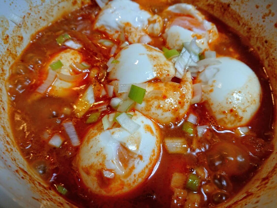 半熟煮卵のピリ辛コチュジャン煮レシピ。失敗したゆで卵のリメイクにも♪