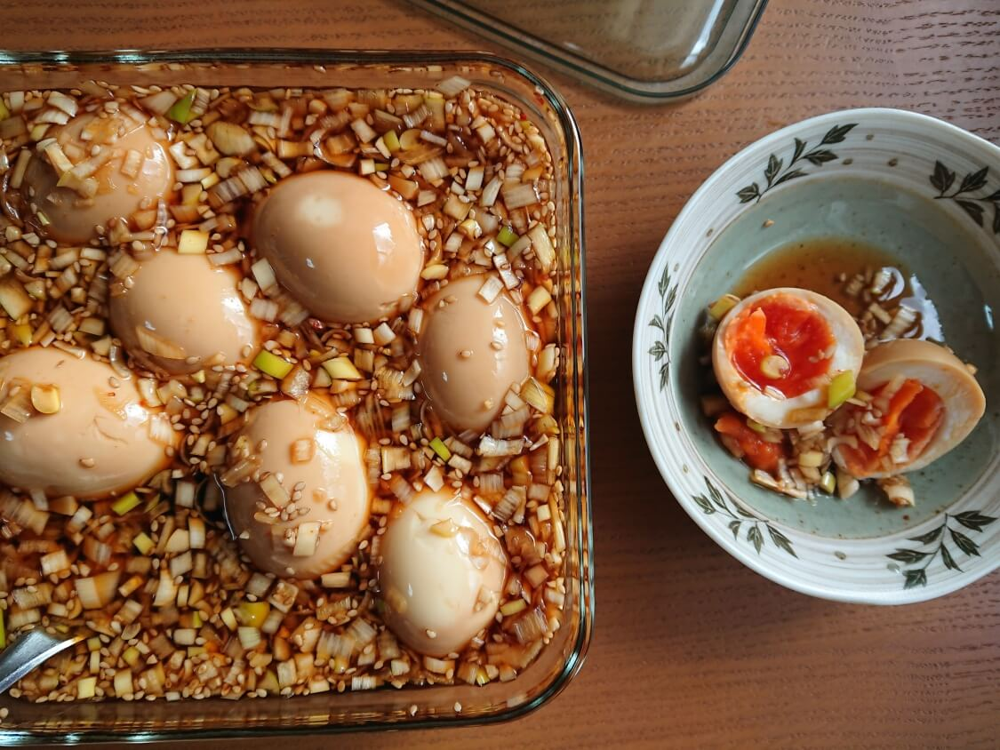 ゆで卵の醤油漬けの人気レシピ。ネギだれに半熟煮卵が美味しい♪韓国の麻薬卵