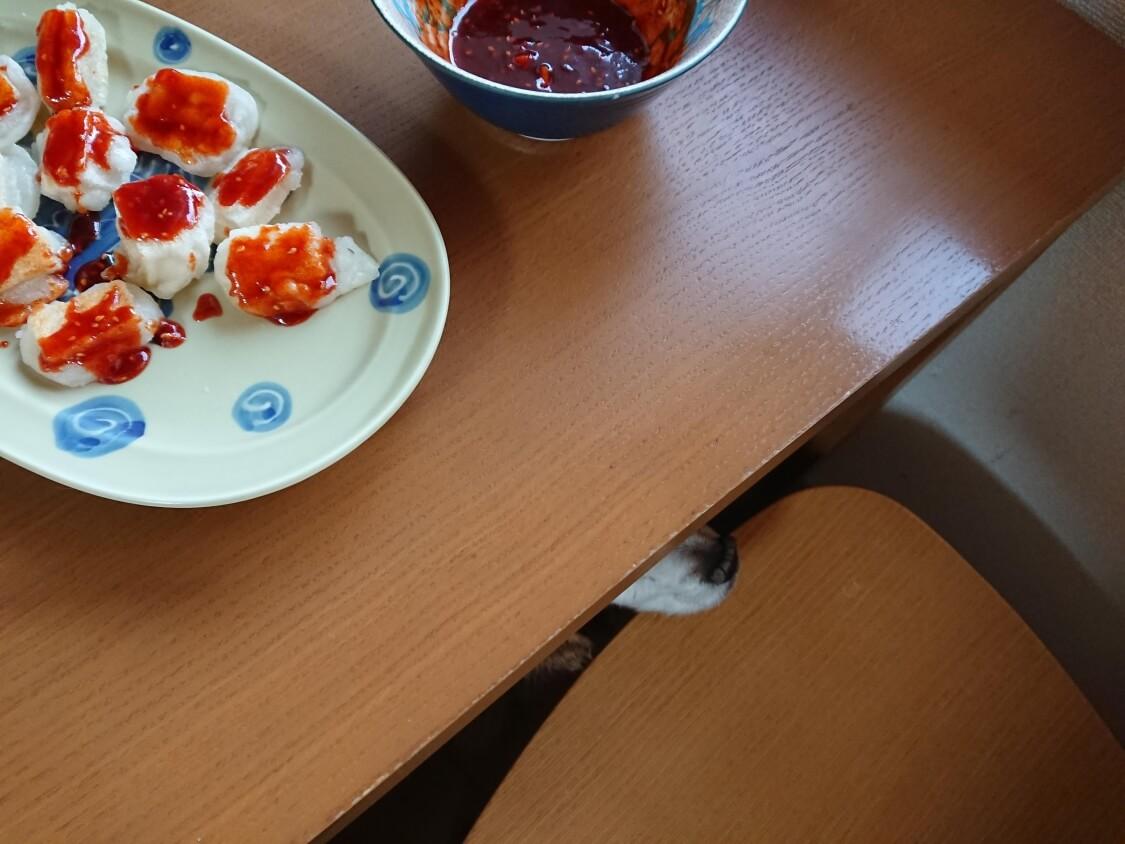 ヤンニョム揚げ餅と食卓下の風景