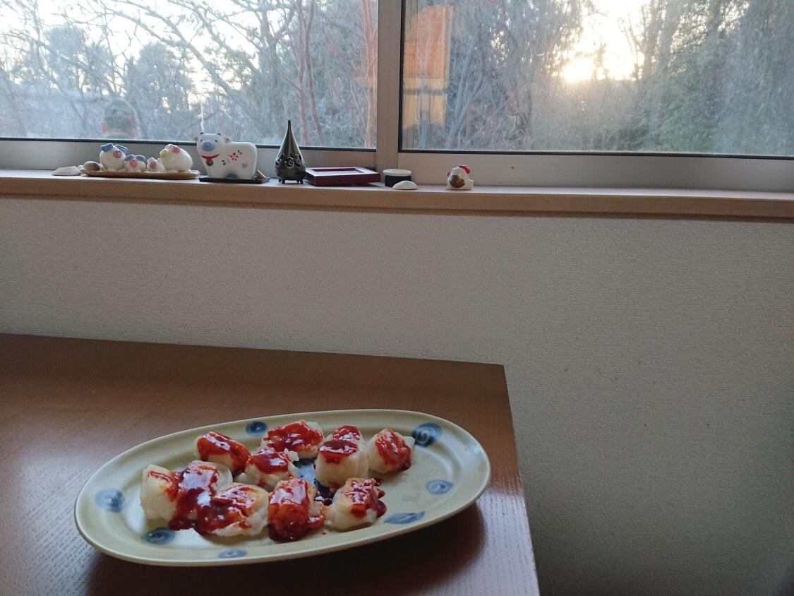 ヤンニョム揚げ餅がある食卓風景