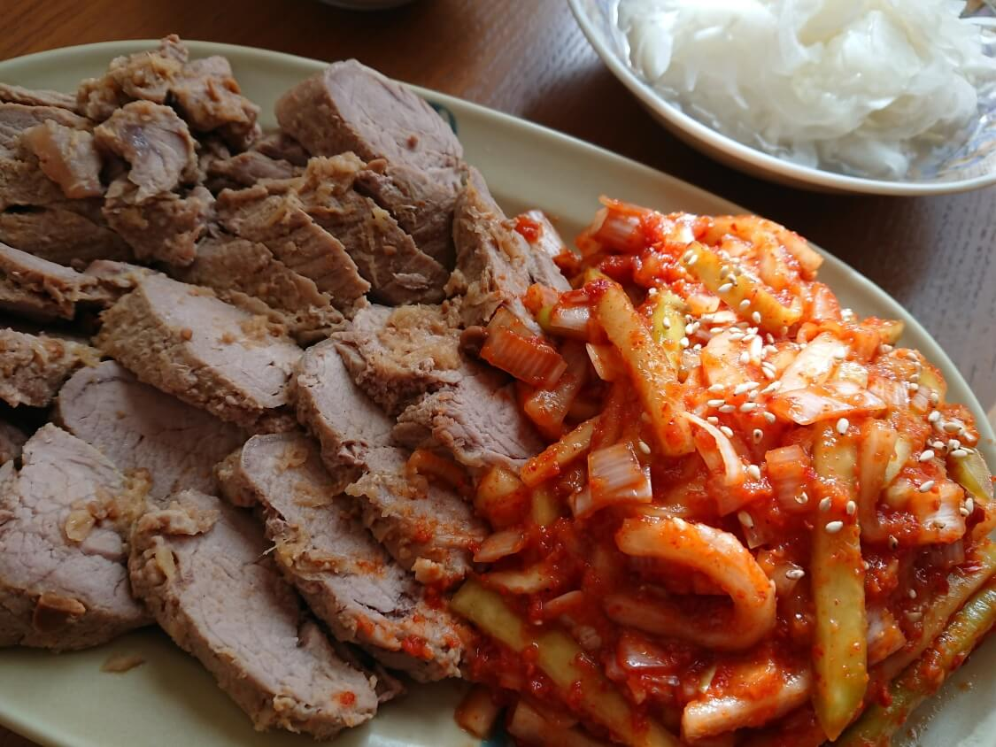 韓国料理ポッサムと大根のキムチ