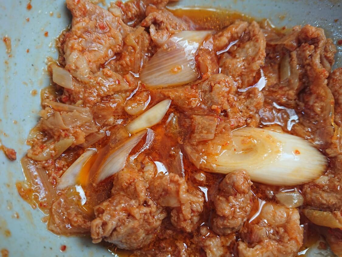 作り置きおかず☆豚肉の甘辛コチュジャン炒めの簡単レシピ。電子レンジで加熱(韓国のチェユクポックム)