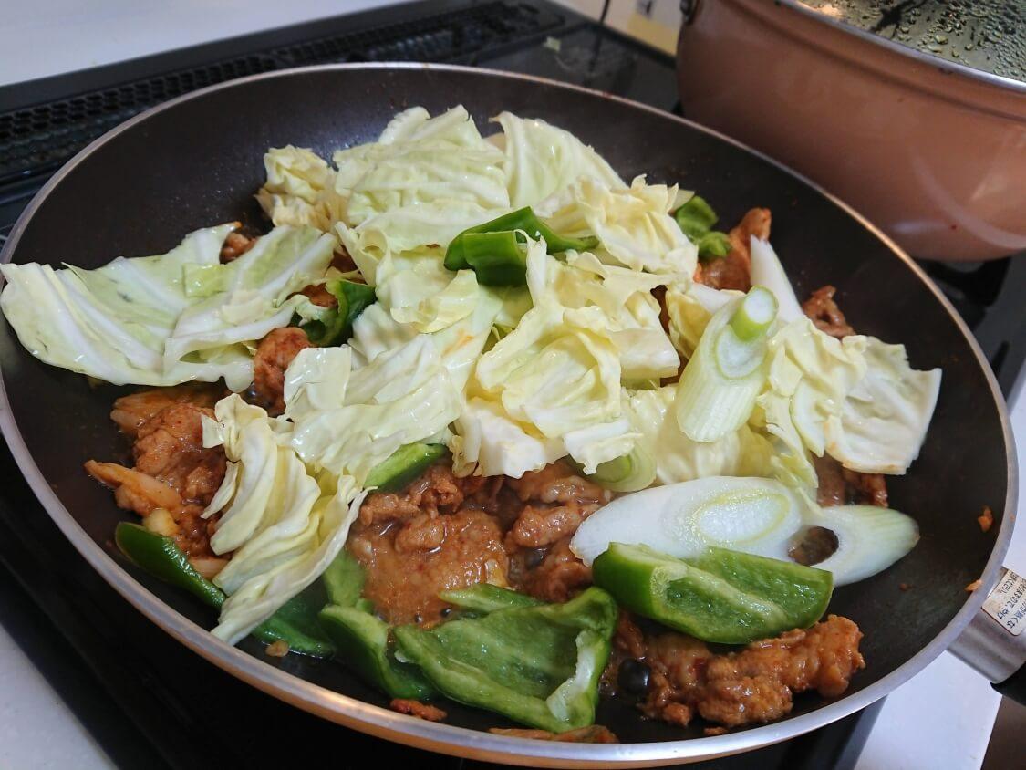 作り置きおかず☆豚肉の甘辛コチュジャン炒めの簡単レシピ。追加野菜の具(韓国のチェユクポックム)