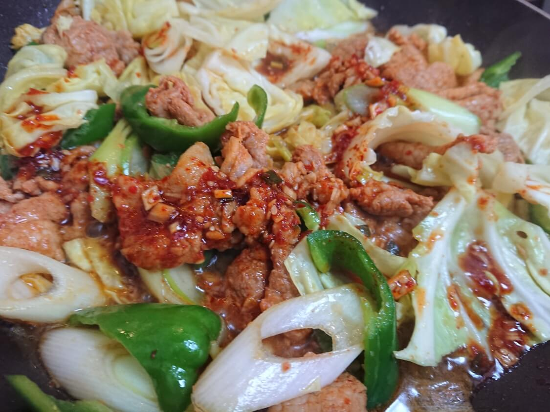 作り置きおかず☆豚肉の甘辛コチュジャン炒めの簡単レシピ。味を整える(韓国のチェユクポックム)