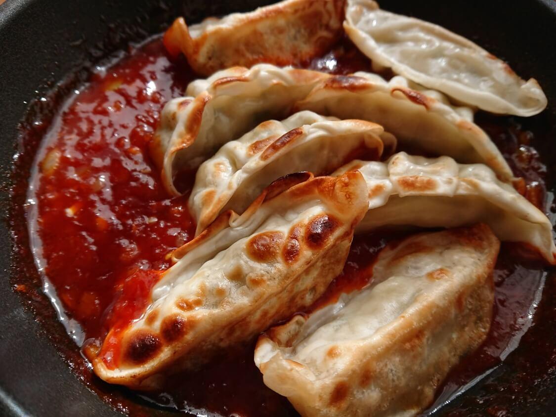 餃子のアレンジに人気♪ヤンニョム餃子のレシピ。惣菜の餃子はレンチン、または焼く