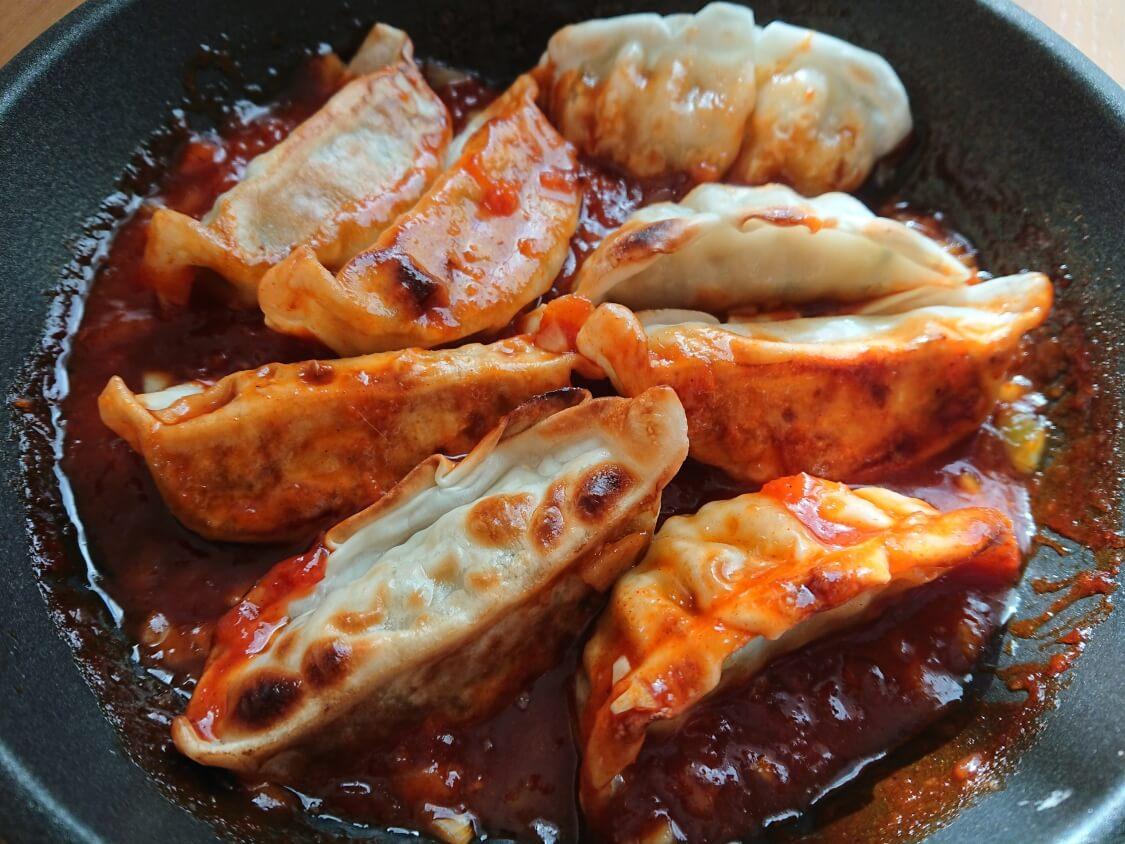 餃子のアレンジに人気♪ヤンニョム餃子のレシピ。ヤンニョムソースにつけて食べる