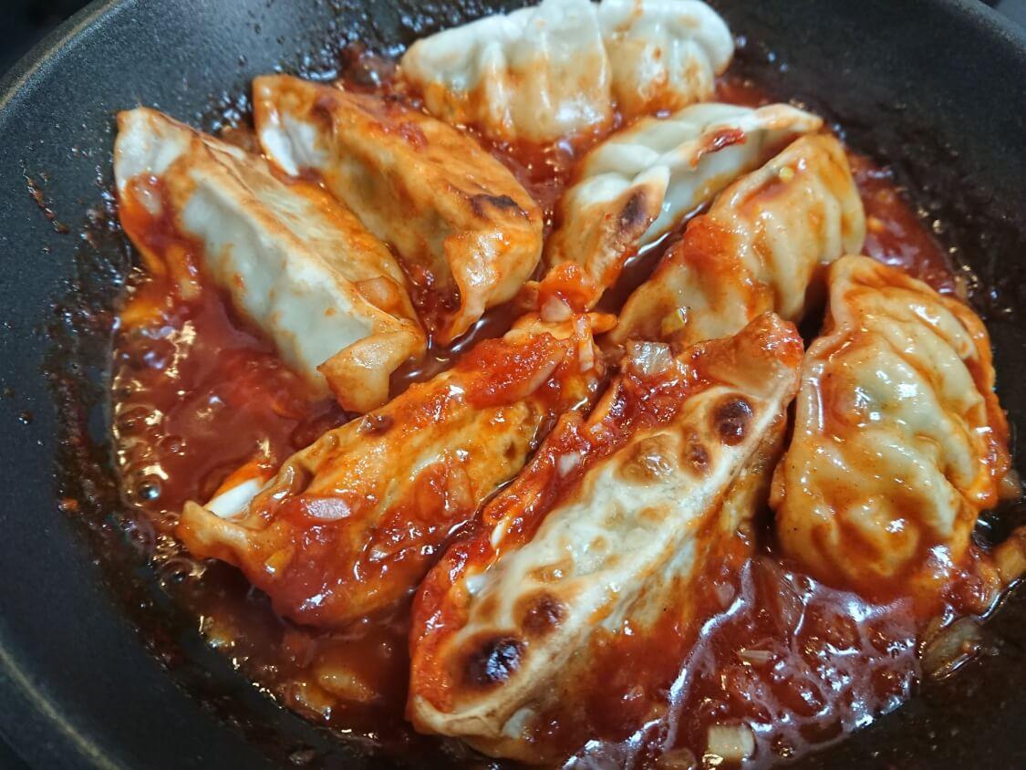 餃子のアレンジに人気♪ヤンニョム餃子のレシピ。ヤンニョムのタレに煮詰める