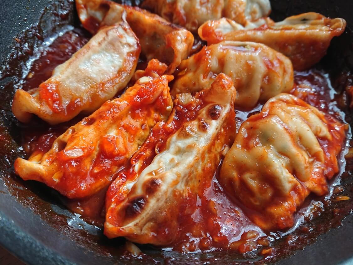 餃子のアレンジに人気♪ヤンニョム餃子の作り方。ヤンニョムチキンのタレで簡単!