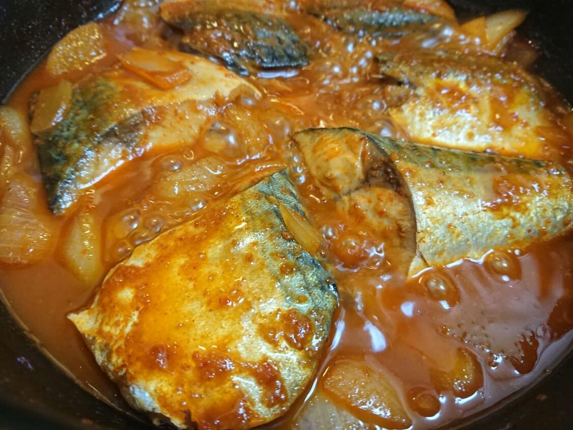 サバの煮付け(韓国コドゥンオチョリム)の作り方。コチュジャンなどの調味料で煮詰める