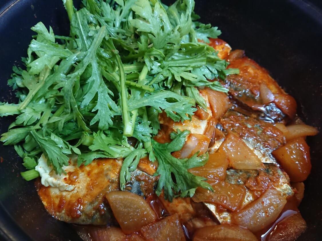 サバの煮付け(韓国コドゥンオチョリム)の作り方。仕上げに春菊