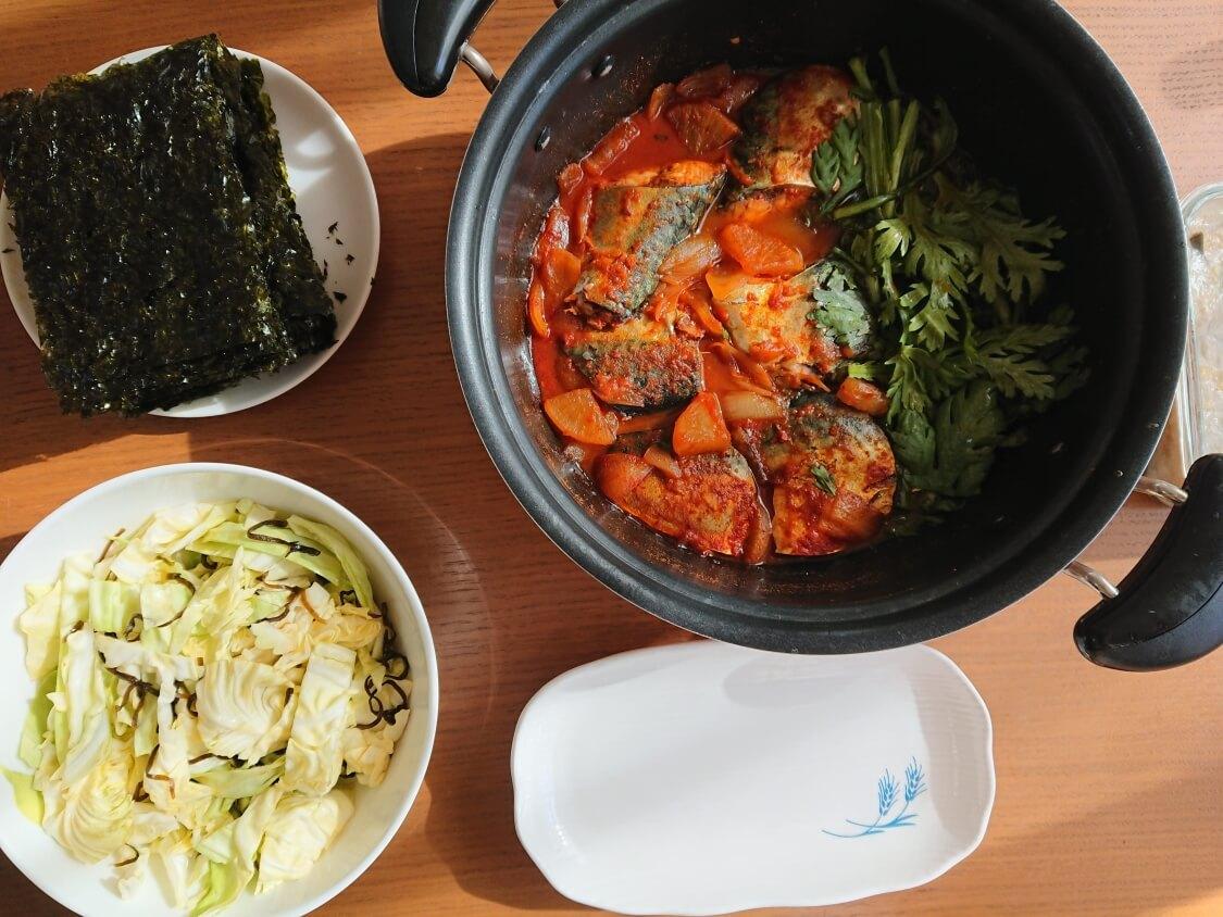サバの煮付け(韓国コドゥンオチョリム)の作り方。春菊と大根入り