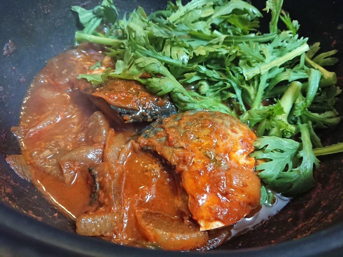 サバの煮付けのレシピ。春菊と大根入り