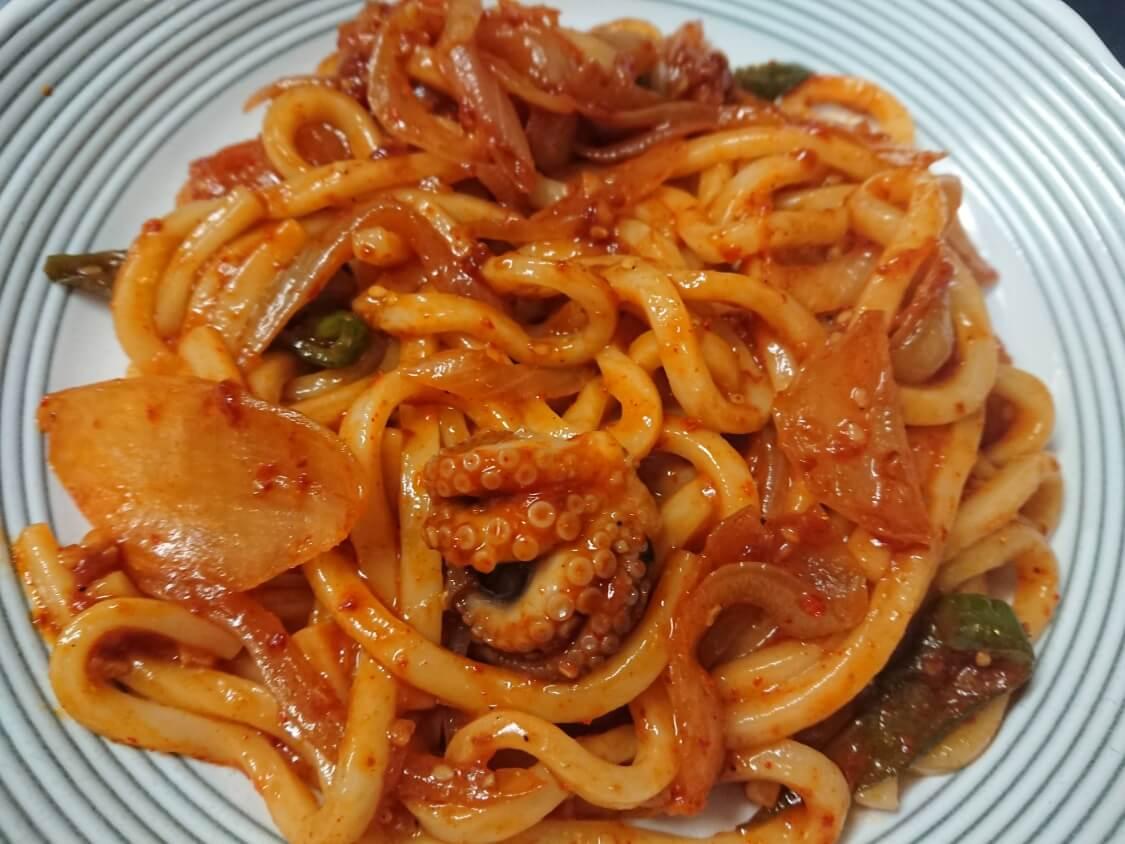 イイダコの旨辛炒め(チュクミポックム)の韓国レシピ。残りタレで焼きうどん!人気の麺類はそうめん