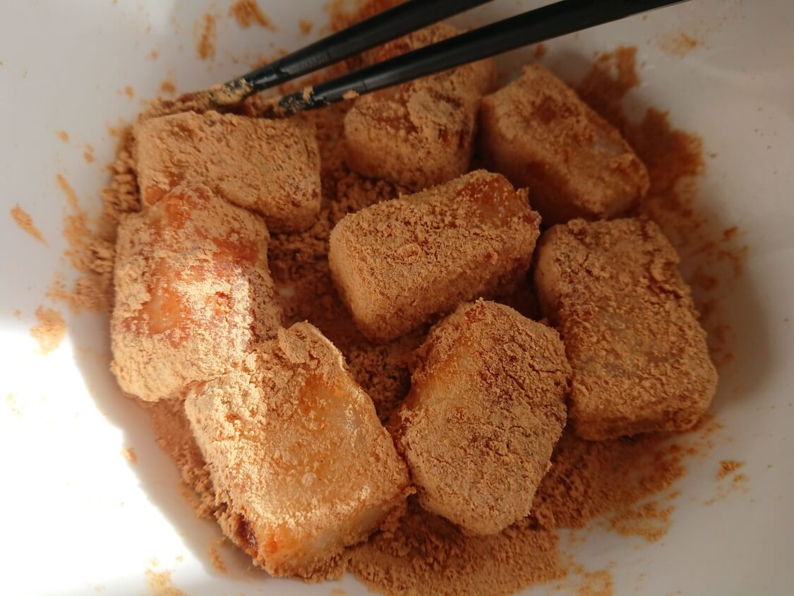 切り餅で簡単!きな粉餅の作り方。粉をまぶす
