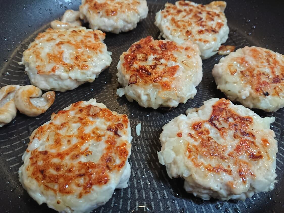 むね肉で!鶏ミンチのヤンニョムチキンハンバーグのレシピ。フライパンで焼く
