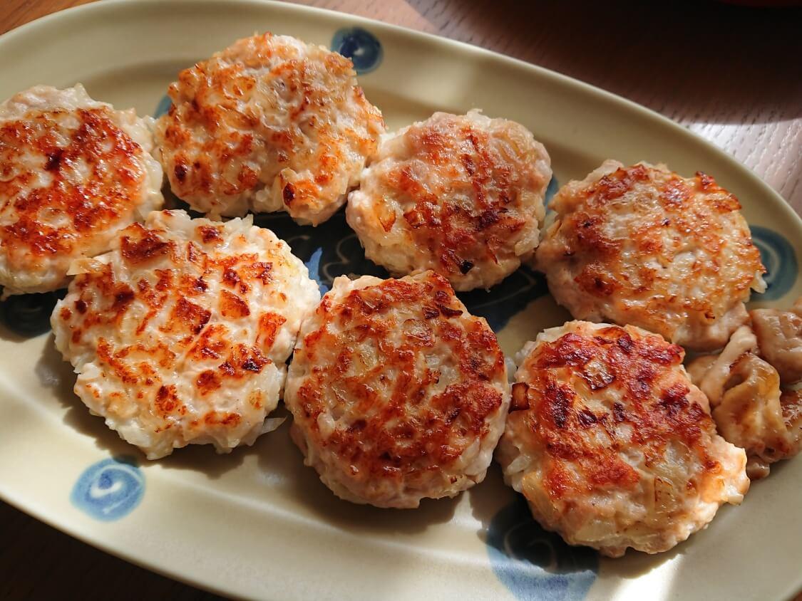 むね肉で!鶏ミンチのヤンニョムチキンハンバーグのレシピ。盛り付けとタレ