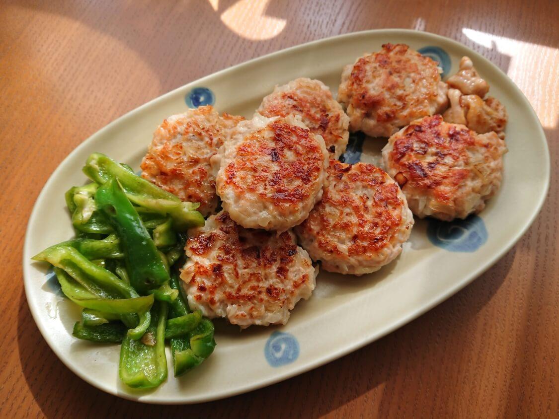 むね肉で!鶏ミンチのヤンニョムチキンハンバーグのレシピ。付け合わせの野菜