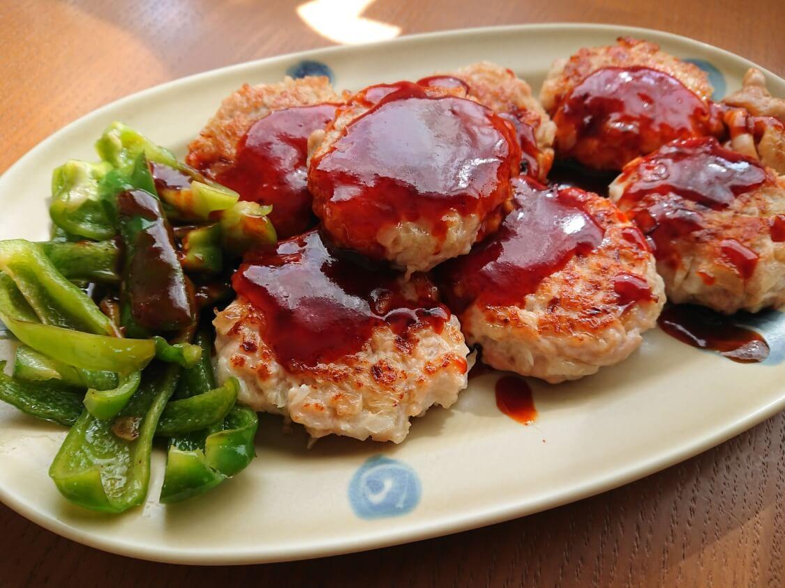 むね肉で!鶏ミンチのヤンニョムチキンハンバーグのレシピ。タレをかけて完成