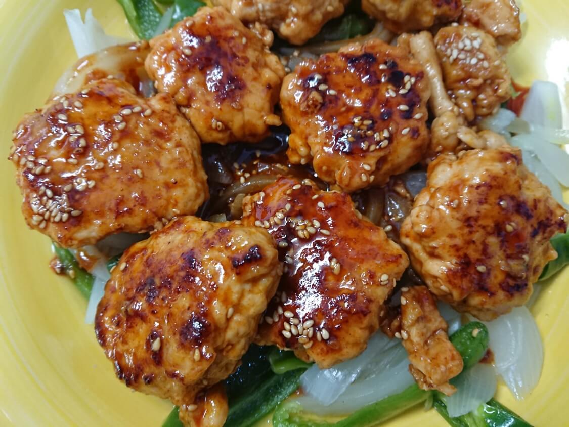 むね肉で!鶏ミンチのヤンニョムチキンハンバーグのレシピ。タレを絡める