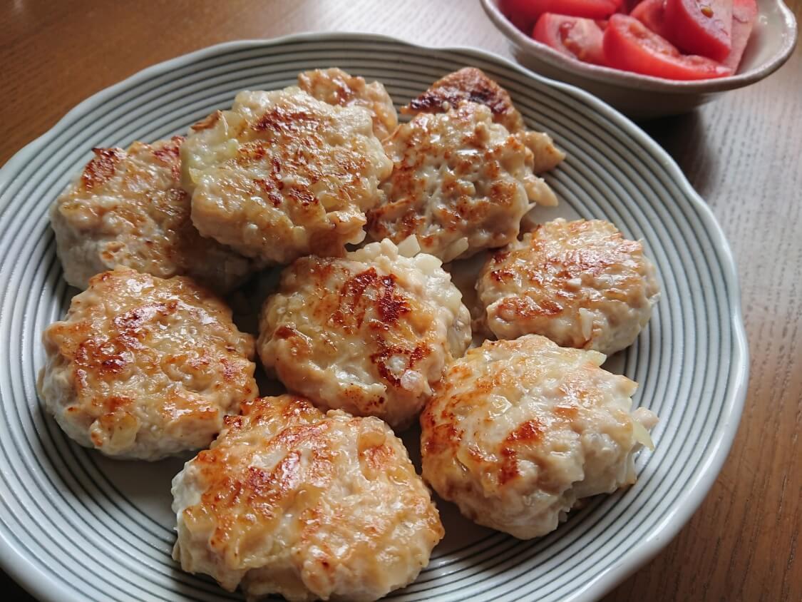 むね肉で!鶏ミンチのヤンニョムチキンハンバーグのレシピ。盛り付けと付け合わせ