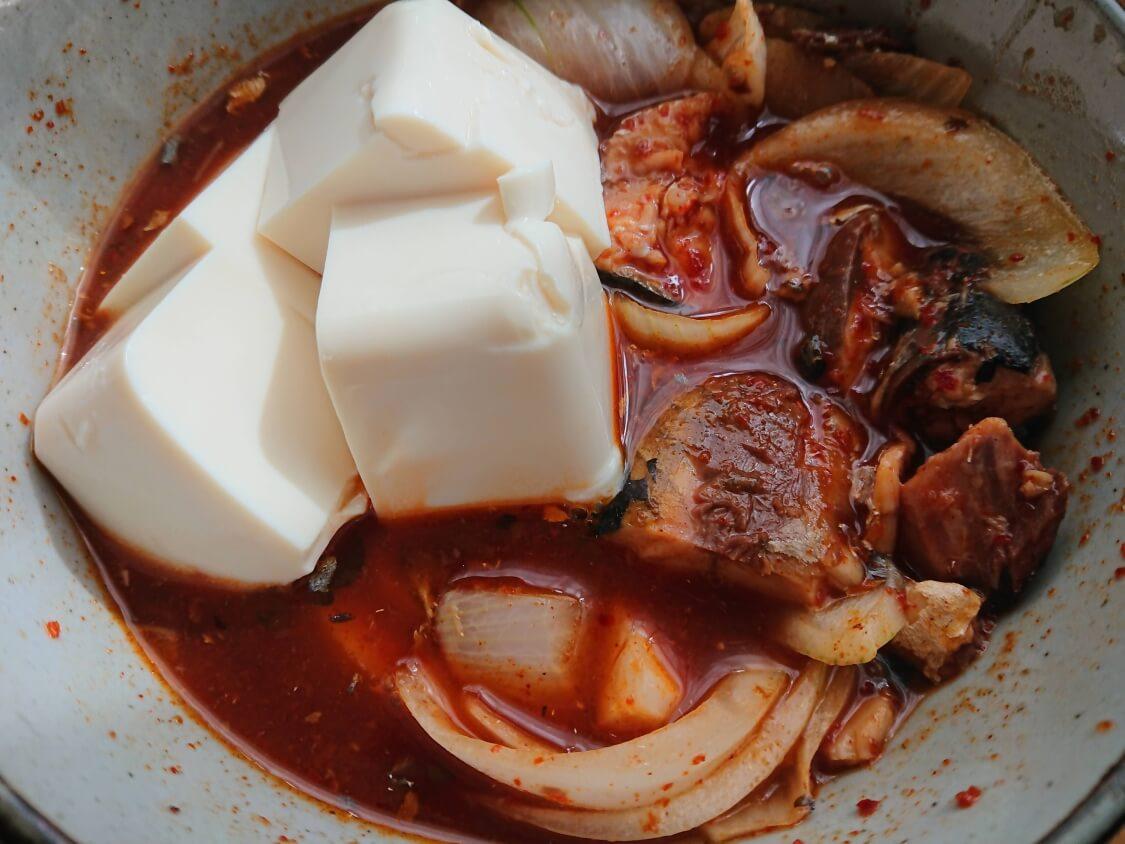 さば缶で旨辛チゲの超簡単レシピ。お好みで豆腐を追加