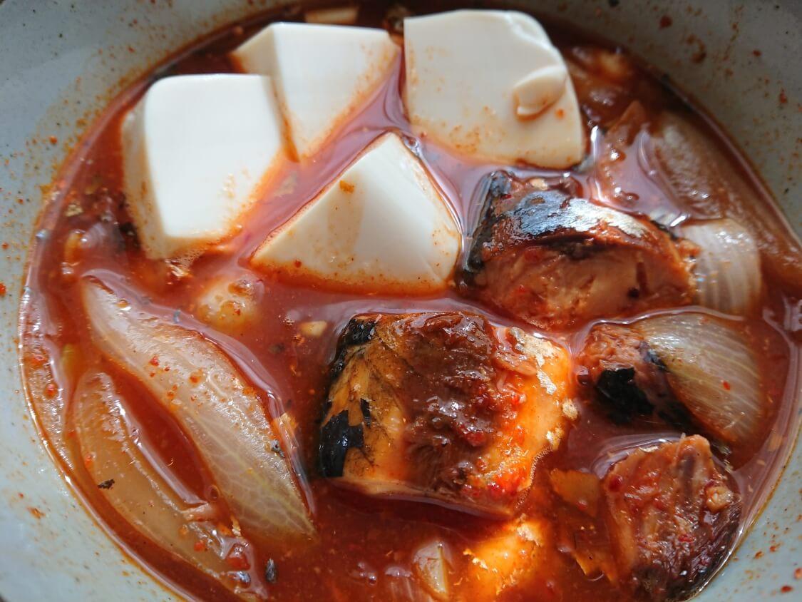 レンジで5分!さば缶で旨辛チゲの超簡単レシピ。玉ねぎと豆腐入り