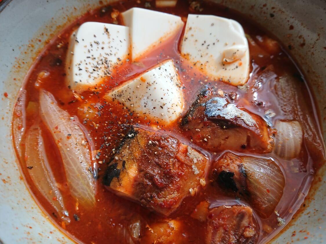 レンジで5分!さば缶で旨辛チゲの超簡単レシピ。コショウをかけて完成
