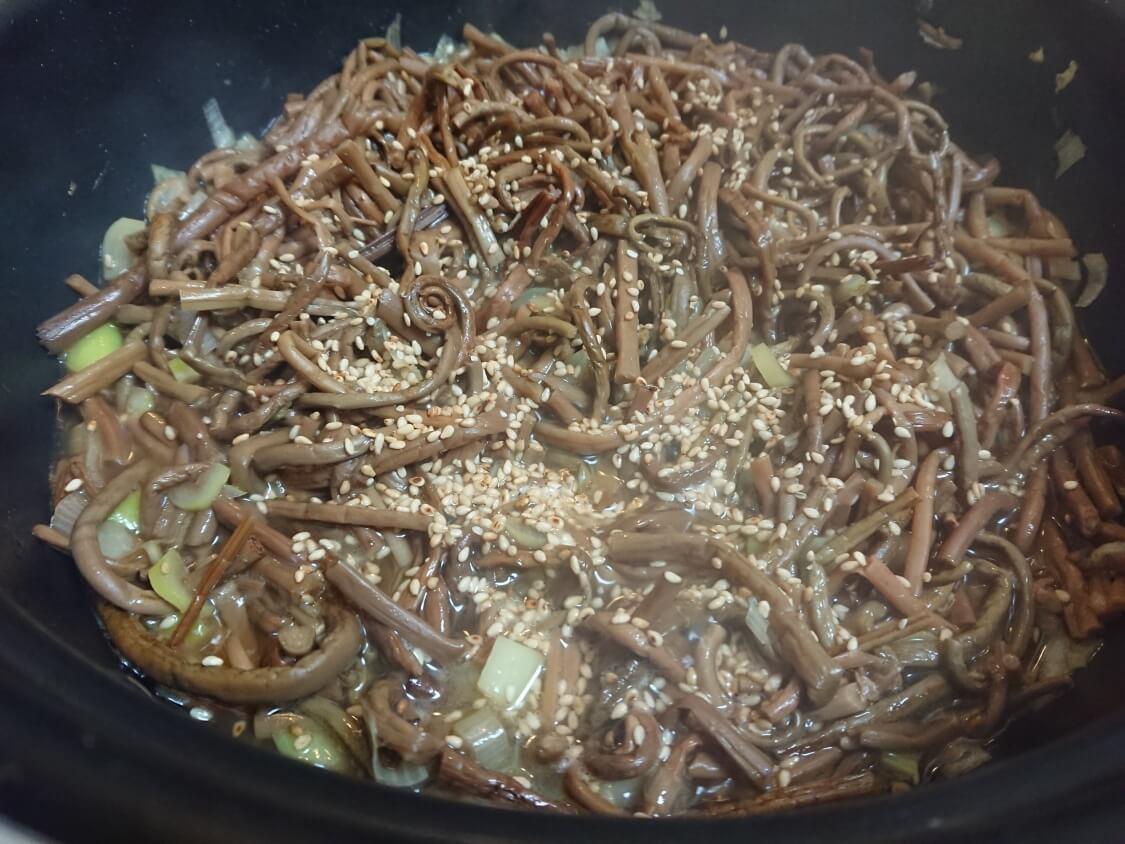 ぜんまいナムル+韓国わらびナムルの人気レシピ。大量で作り置き