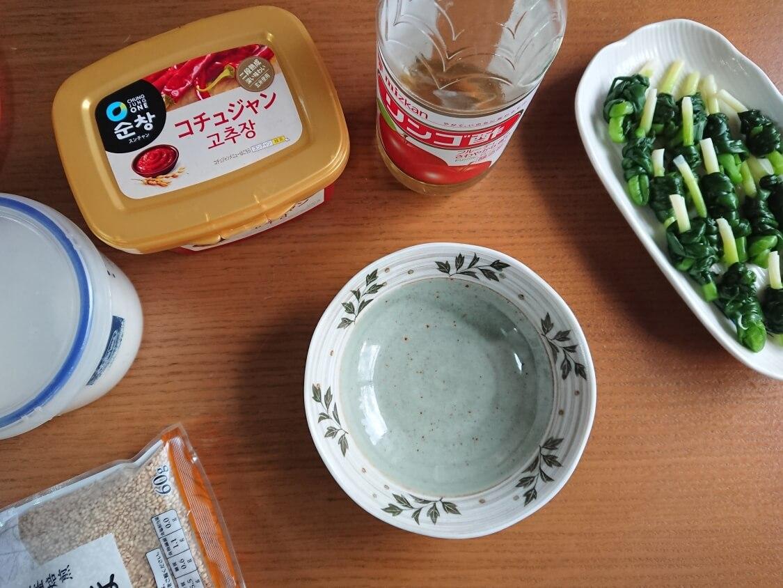 小ねぎをお刺身風で食べる韓国レシピ(コチュジャンだれの作り方)。イカ添えも人気♪おつまみ・作り置きおかず
