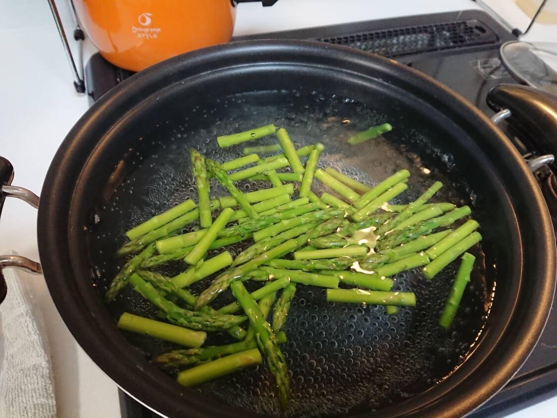 ごま油香る♪甘辛だれ混ぜそうめん(ビビン素麺)韓国人気レシピ。野菜の具を茹でる