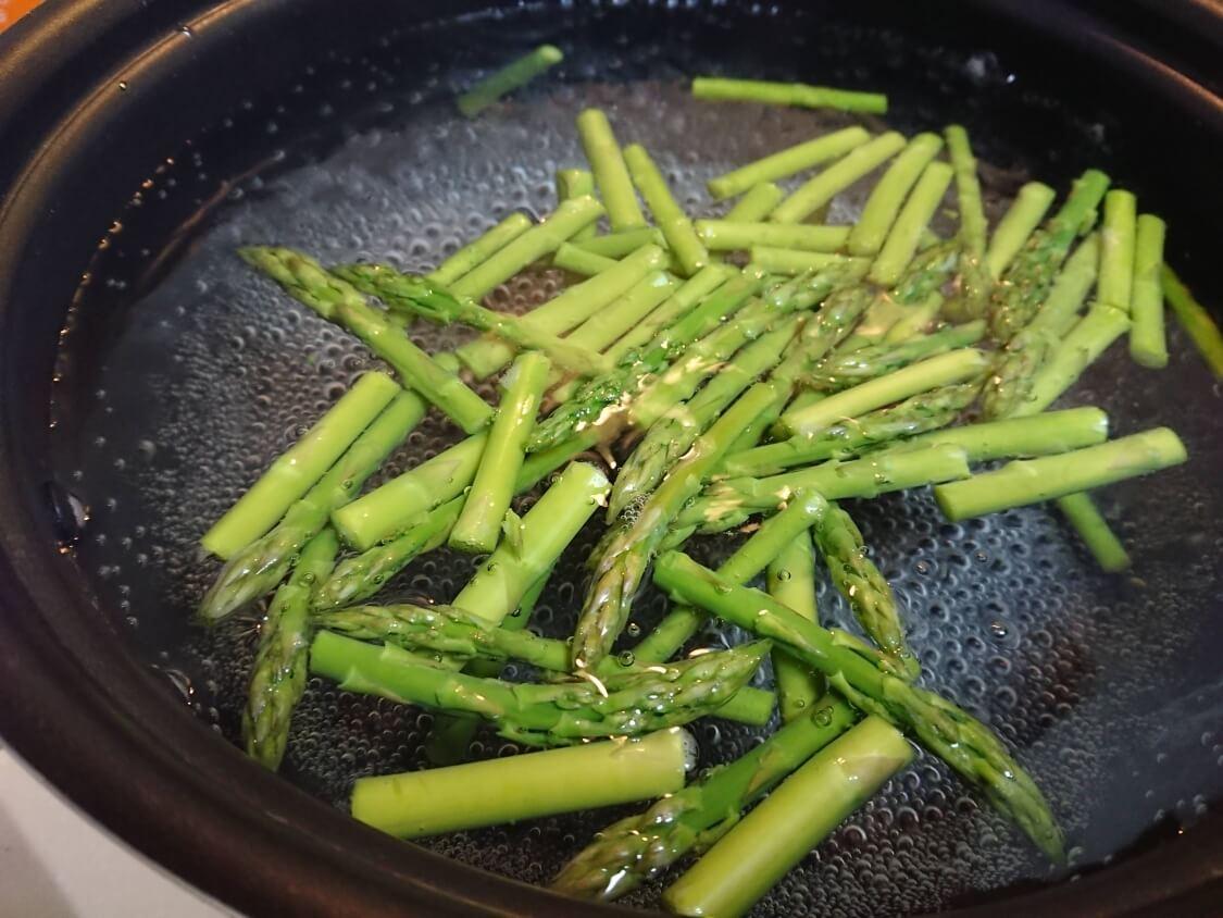 ごま油香る♪甘辛だれ混ぜそうめん(ビビン素麺)韓国人気レシピ。アスパラガス